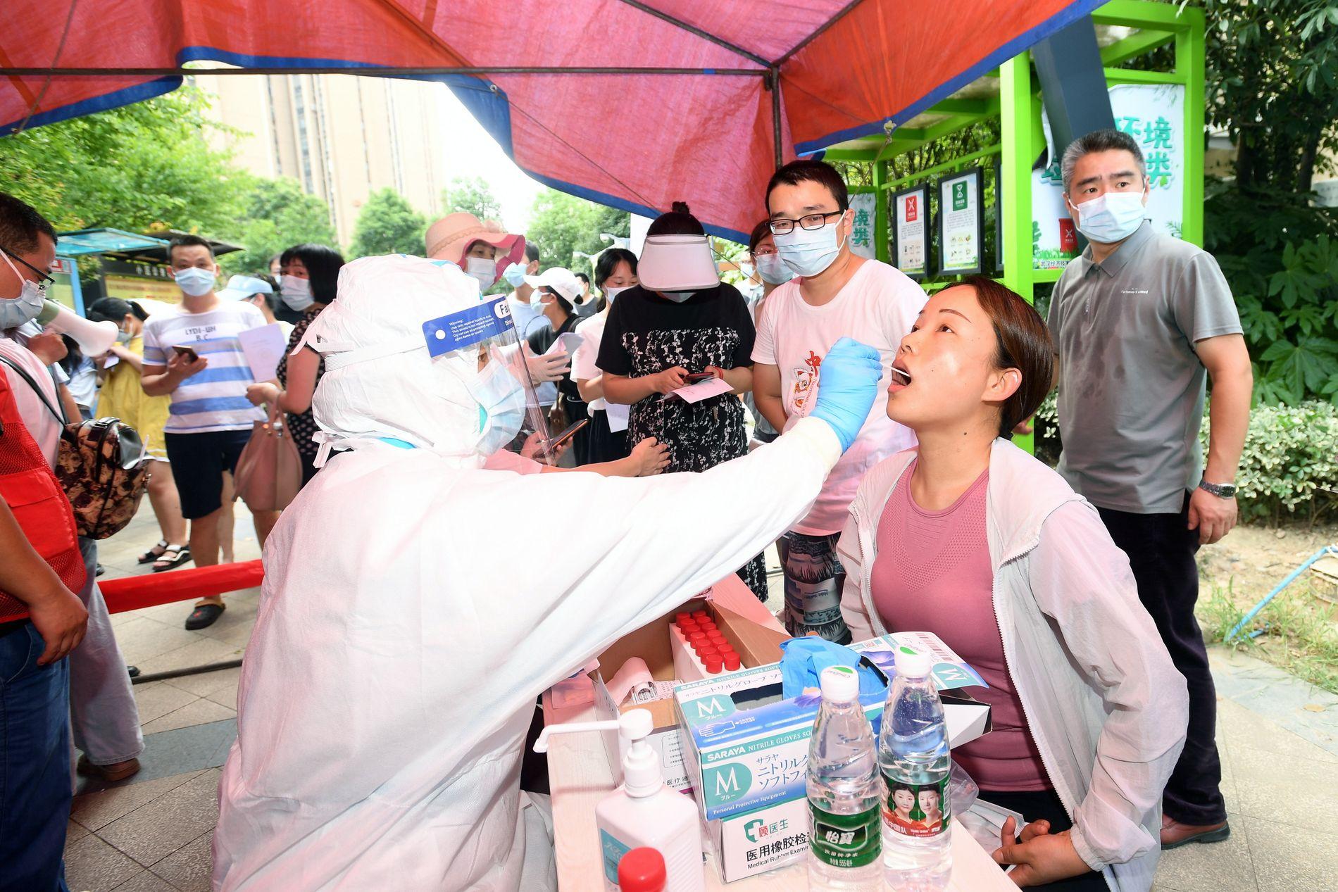 Kina massetester befolkningen i Wuhan