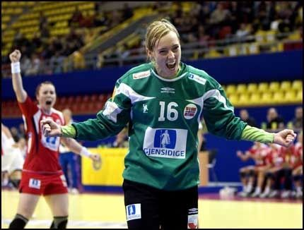 Katrine Scoret I Knusende Seier Vg